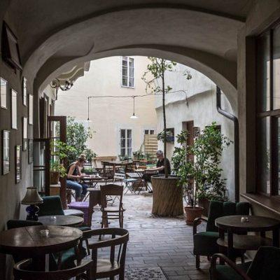 Misenska Praha :  Library Cafe Yang Tenang
